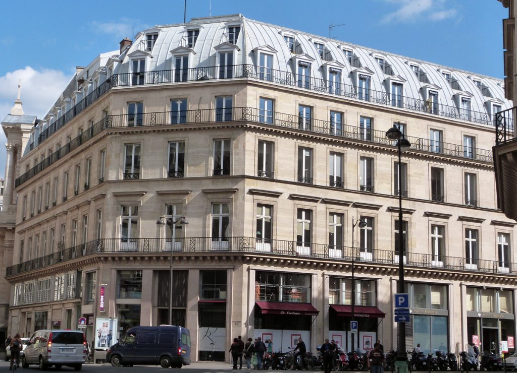 façade-louvre-centre-daffaires